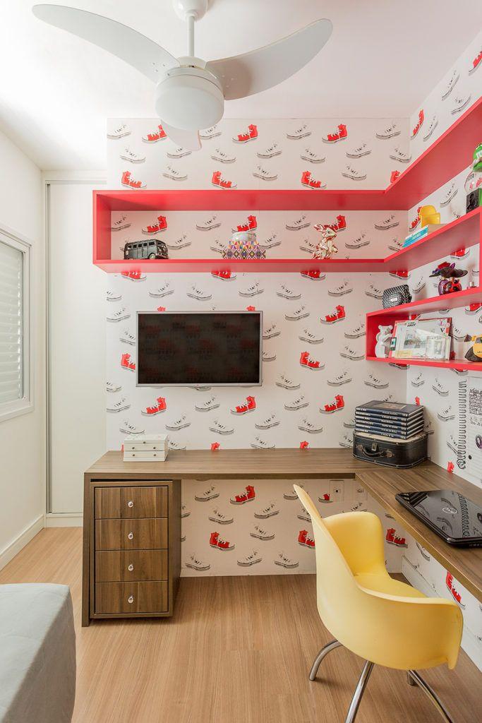 Quarto da adolescente estilo Rock'n'Roll. Cores predominantes Preto e Vermelho. Painel revestido com papel de parede apoia a Tv e cria um closet. Bancada de estudo e prateleiras em mdf.