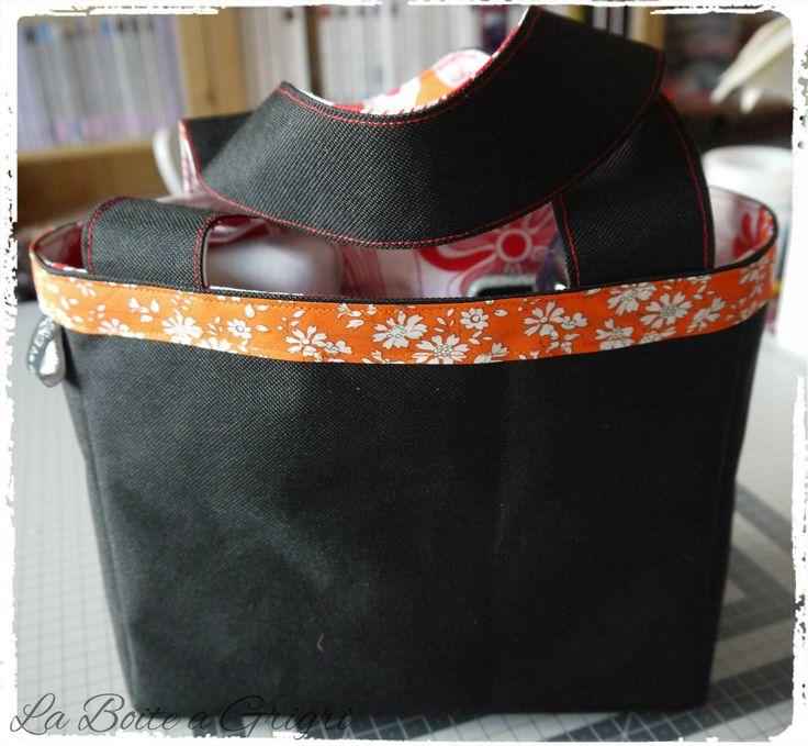 Sac fantasie, en toile de sac noir et tissu orange : Sacs à main par la-boite-a-grigri