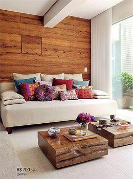 Parede de madeira de demolição, almofadas coloridas e muito branco!Lindo...