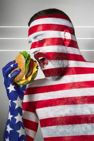 国旗のボディペイントをした人が、その国らしい食べ物を食べる。ICHER JONATHANさんによるフォトアートシリーズ「FAT FRAG」