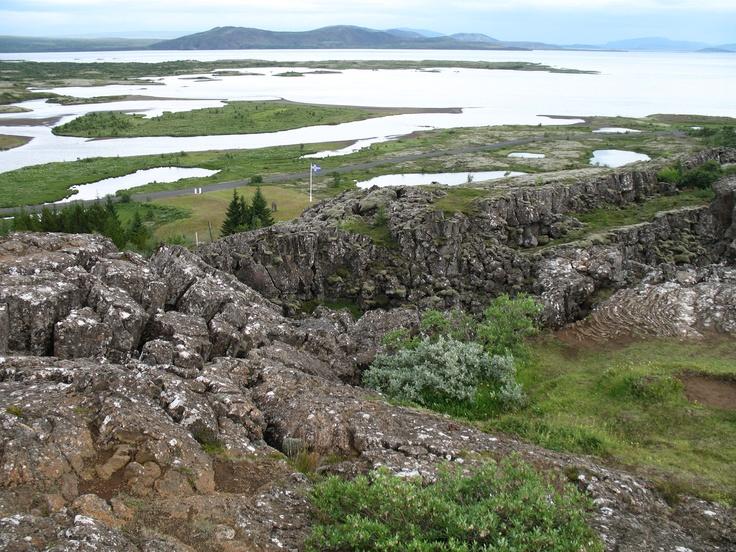 Het ruige landschap op de grens van 2 schollen. Het uit elkaar drijven van Europa en Amerika zie je alleen in IJsland aan de oppervlakte. De rest van de scheur loopt over de bodem van de Atlantische Oceaan.