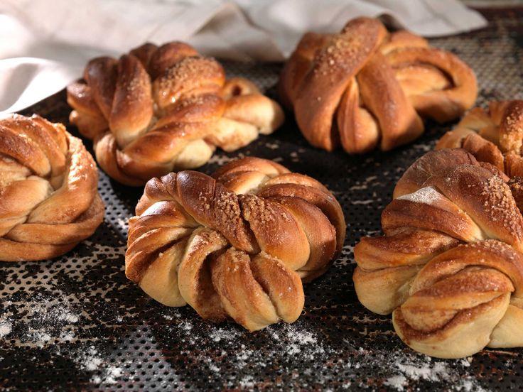 Hvert år stopper tusenvis av nordmenn innom det lille bakeriet i Lom for å smake på Morten Schakendas nydelige kanelknuter og annen god gjærbakst....