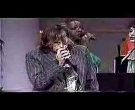 "Steven Tyler sings ""Lean On Me"" at Church"