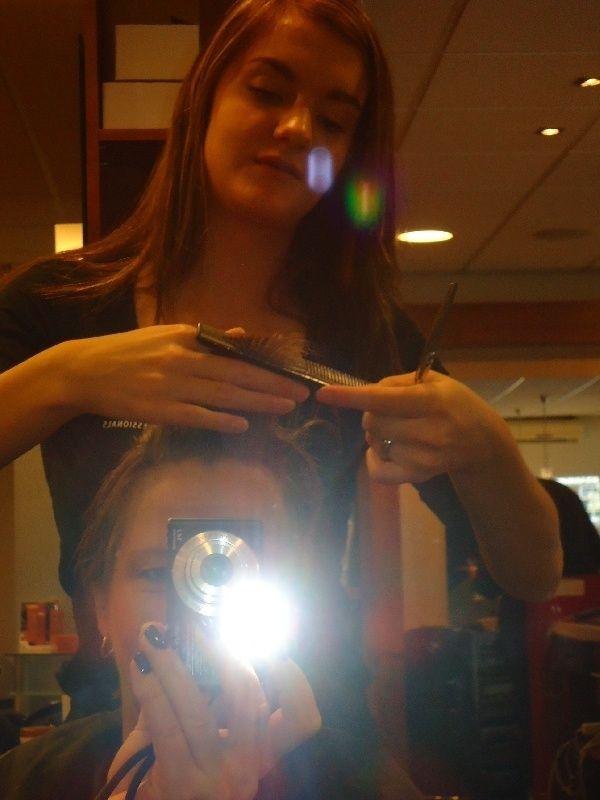 Zoals beloofd hier mijn blog over het knippen en kleuren van mijn haar. Met de nodige spanning in mijn lijf, kwam ik binnen in een mooie kapsalon. De stagiaire die mijn haar zou knippen ston