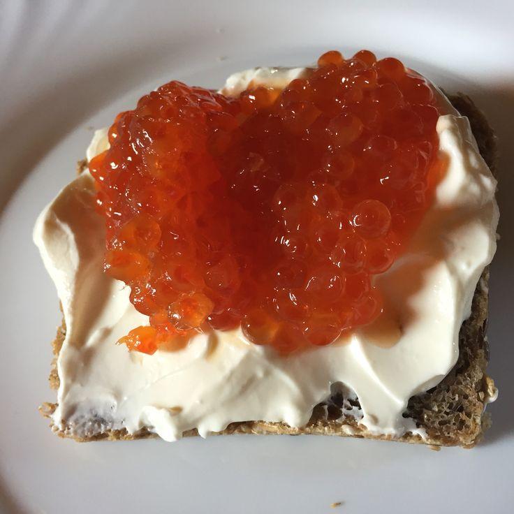 Vörös kaviár tejfölös kenyéren