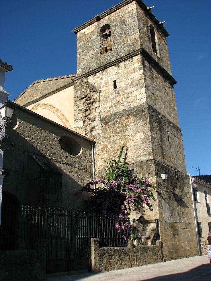 Iglesia de la Asunción de Navaconcejo, del siglo XVI, se encuentra en una placita recogida en el interior del pueblo, rodeada por casas típicas y muy cerca de la antigua fábrica de sayales.