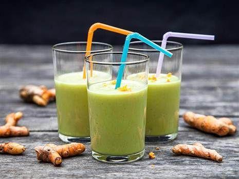 Avokado och banansmoothie med färsk gurkmeja