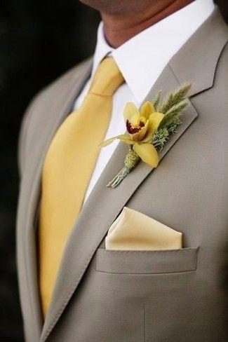 Tenue: Blazer gris, Chemise de ville blanche, Cravate en soie jaune, Pochette de costume en soie jaune
