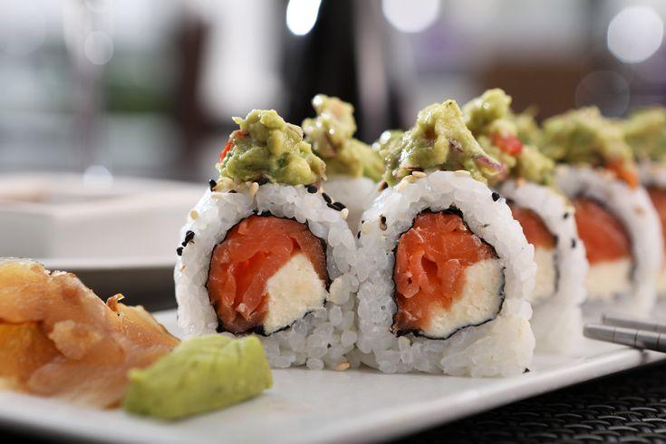 Mex Roll Relleno de salmón ahumado y philadelfia, coronado con guacamole #sushi #sushinikkei #zentea #nuñez #roll #japan #japanesefood