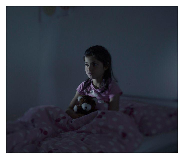 Where the children sleep - Fátima, 9 anos de idade. Junto com sua mãe, Malaki, e seus dois irmãos, Fátima fugiu da cidade Idlib quando o exército sírio nacional abateu civis na cidade. Viveram dois anos em um campo de refugiados no Líbano. A bordo de um barco superlotado, eles fugiram para a Líbia. No convés do barco, uma mulher deu à luz. O bebê era um natimorto e foi lançado ao mar. Fatima viu tudo. Fátima, todas as noites,  sonha que está caindo de um navio. Foram apanhados pela guarda…