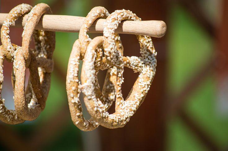 Wiecie, że precle przypominają swoim kształtem cyfrę 8 i tradycyjnie można posypywać je solą, makiem lub sezamem? #finuu #finuupl #przepisy #inspiracje #pieczywo #chleb #precle #bread #sniadanie #breakfast