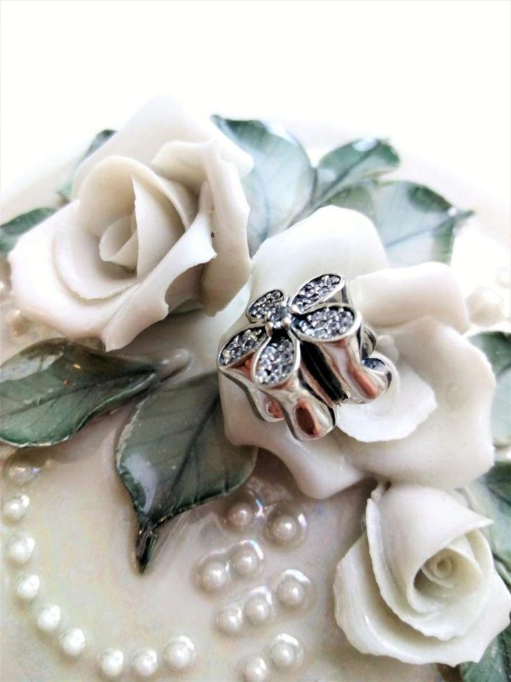 Braclet charm in shape of a flower.