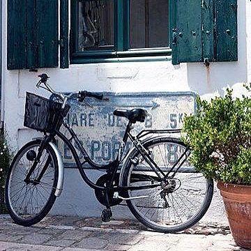 Notre moyen de locomotion préféré ici à #arsenré sur l'#ilederé Prenez votre vélo et venez nous voir. LA BOUTIQUE SHOWROOM EST OUVERTE TOUTE LA JOURNEE ET TOUS LES JOURS PENDANT VOS VACANCES.   #secretmaison #boutiqueilederé #linen #linenbedding #linlavé