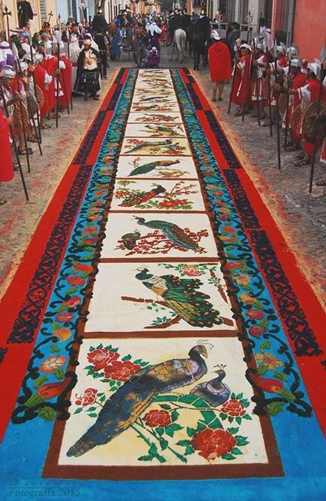 Alfombra elaborada para el paso de la procesión de Jesús Nazareno de la Merced en La Antigua Guatemala - foto por Mario Gabriel Soto  http://mundochapin.com/category/galeria/page/3/
