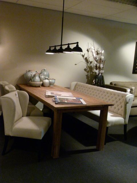 Eetkamerbank aan oud teakhouten tafel