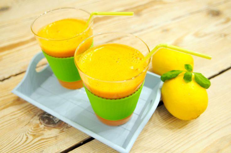 Deze voedzame groentesap is een combinatie van wortelsap, tomatensap, citroensap en basilicum. Lekker fris! Stop alles in de sapcentrifuge en binnen enkele minuten staat een heerlijke wortelsap met tomaat, citroen en basilicum op tafel.