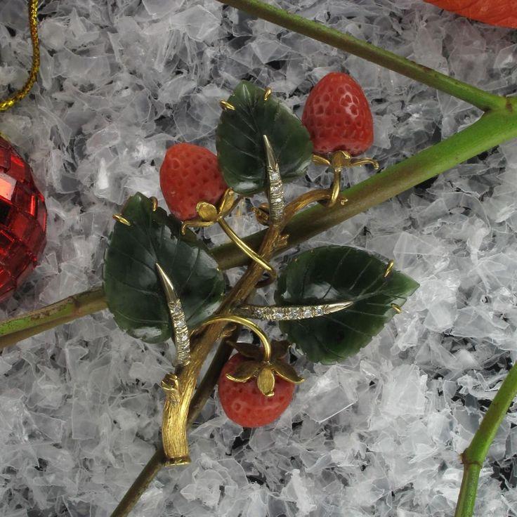 Broche ancienne branche de fraisier. Un bijou magnifique comme on en trouve rarement. Originale et unique, cette broche corail fera sensation portée sur un chemisier, un pull ou encore une robe de soirée.  http://www.bijouxbaume.com/broche-ancienne-branche-fraisier.htm
