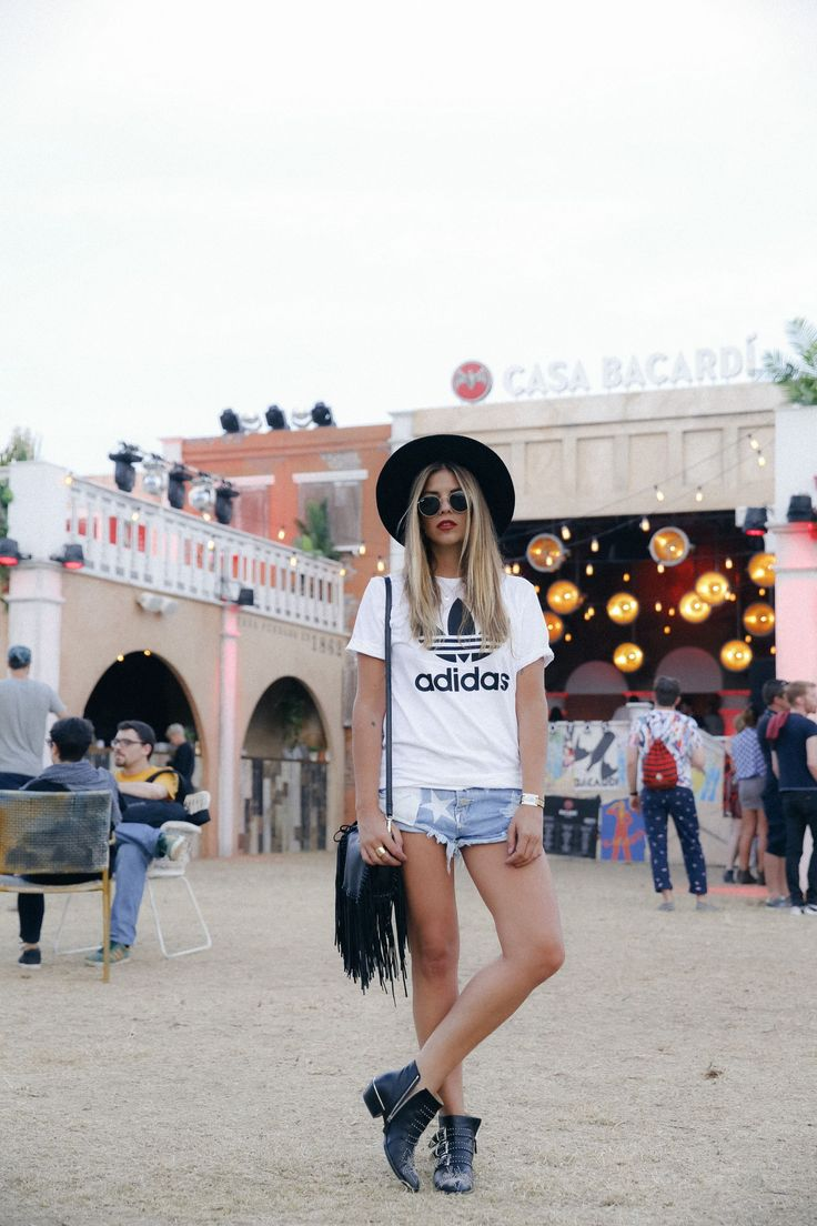 outfit look primavera spring street style trendy taste inspiration jeans shorts festival denim sombrero hat fringes leather boots ankle botines cuero flecos rayban chloe asos adidas primavera sound_14                                                                                                                                                                                 Más