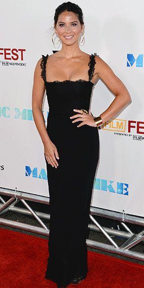 OLIVIA MUNN    La actriz al mismo estreno, que se realizó durante la gala de cierre del Festival de Cine de Los Ángeles, luciendo un elegante vestido tipo columna de Dolce & Gabbana en encaje negro y llamativas joyas doradas de Neil Lane.