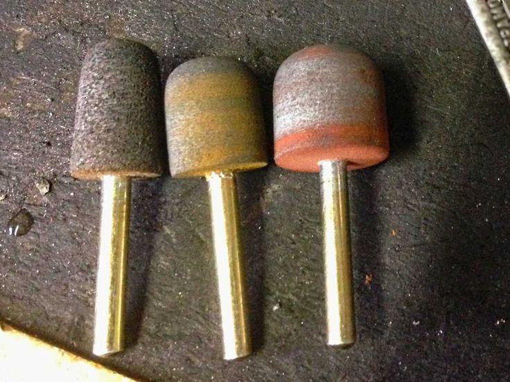 borracha abrasiva Rebolo semi-flexível em liga de borracha.  Acabamento de metais ferrosos ou não-ferrosos.