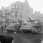 Twee geallieerde tanks staan in Den Haag (mei...