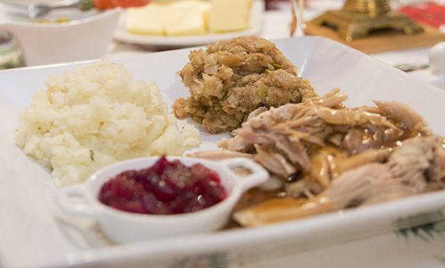 Cette recette de farce de ma mère est servi comme accompagnement avec la dinde, le poulet, ou la volaille. #dinde #farce #patates