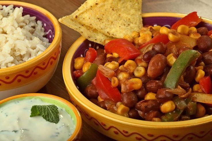 Een lekkere pittige Mexicaanse klassieker, met een frisse muntsaus. In dit recept gebruiken we de originele pintoboon, die meestal chiliboon genoemd wordt. Chilibonen zitten in het blik al in een sausje, daarom is dit recept extra makkelijk.