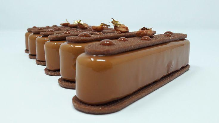 La recette permet de préparer 10 mini tartes. Les moules utilisés sont les moules Silikomart «Fashion éclair». ⇓Vidéo complète du montage⇓ Composition: Pâte sucrée cacao, biscuit cacao, caramel …
