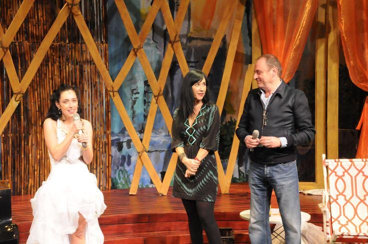 Debut de Mariana Teviño en la obra. A un lado de ella: Susana Zabaleta (madrina de función) y el productor Morris Gilbert.
