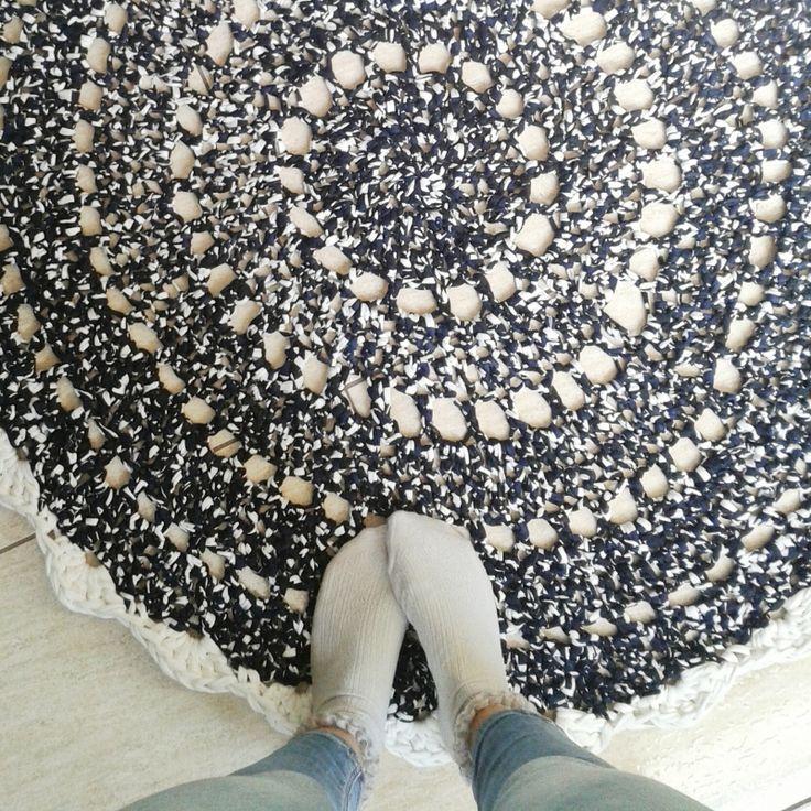 Alfombra redonda tejida a mano a crochet. Hecha en trapillo de algodón en color negro,azul marino y blanco. La alfombra mide 110cm de diámtero. Al...