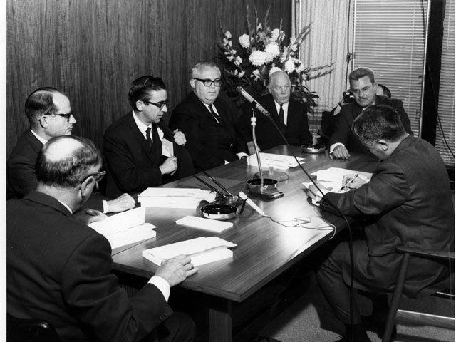 M. Prieur, entouré de représentants des deux groupes de producteurs d'électricité lors la signature d'une entente.   La création de la Caisse de dépôt et de placement du Québec