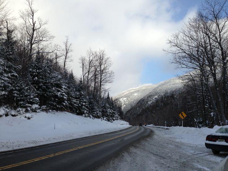 """Las montañas de Adirondack es un macizo montañoso de los Estados Unidos en el noroeste del estado de Nueva York. Tiene una extensión de 25 000 kilómetros cuadrados entre montañas, tierras boscosas, colinas redondas, valles en forma de """"U"""" y lagos."""