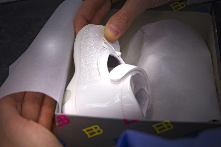 Un altro componente posturale fondamentale per il bambino sono le calzature che devono avere caratteristiche ben definite proprio come le nostre EB SHOES: - il #contrafforte posteriore. Dietro, intorno al tallone deve essere rigido; - la scarpa deve flettere solamente dove flette naturalmente il piede, cioè sotto i #metatarsi; - l'interno della calzatura deve essere rivestito con #prodottianallergici e traspiranti. ; - la #suola deve essere elastica e leggera, di gomma meglio se…
