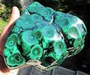Malakit formül Cu2CO3 (OH) 2 ile birlikte, bir bakır hidroksit karbonat mineral. Bu yeşil renkli mineral monoklinik kristal sistemde kristalleşir ve su tablo ve hidrotermal sıvıların kimyasal çöktürme için olanak sağlanması en çok neresinde, kırıklar ve alanlarda, derin yeraltı Batriyoidal, lifli veya dikitlerle kitleler oluşturur. Bireysel kristalleri nadirdir ama yapacak iğnemsi prizmalar olarak ince oluşur. Daha fazla sekmeli veya bloklu azurit kristalleri sonra psödomorfları da oluşur.