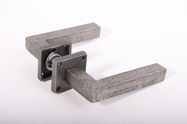 Deurkruk (paar) antiek grijs robuust 130mm met geveerde rozetten [2DK5086] - 64.90EUR : Interieurbeslag.nl, Webwinkel voor deurkrukken, kapstokhaken, deur-, keuken- en meubelbeslag