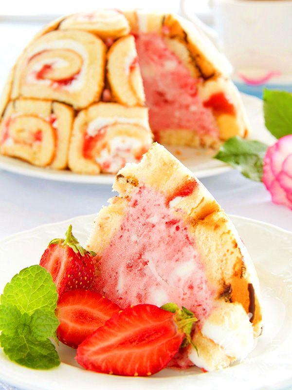 Zuccotto alle fragole: preziose roselline di pasta biscuit farcite con gelato alla fragola. Un dolce raffinato e coreografico che vi ammalierà.