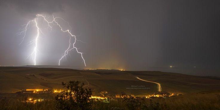 Impact de foudre à Escalles, juillet 2013. Lightning strikes on the English Channel coast at Escalles.