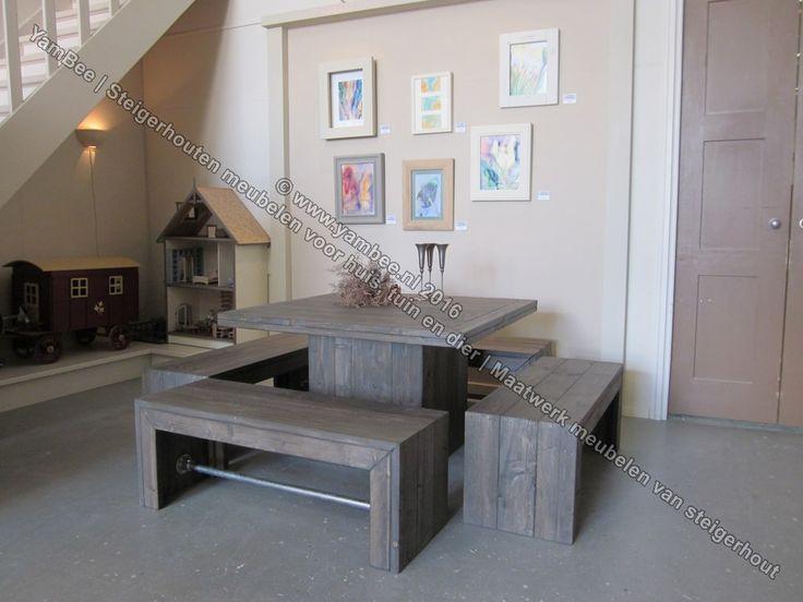 Bartafel vierkant met 4 zitbankjes model-Adelle. Voor meer informatie of steigerhouten meubelen neem een kijkje op onze webshop www.yambee.nl