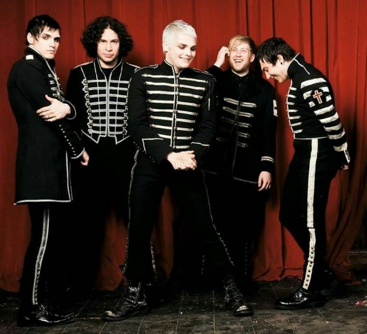 Why is it Ray and Mikey can always look serious, yet Bob, Gerard, and Frank cant keep a straight face for the life of em X3
