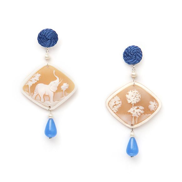 Cameo Safari Decò earrings Elephants are #goodluck #animals  Handengraved on shell in Torre del Greco by #annaealex cameo artisans.