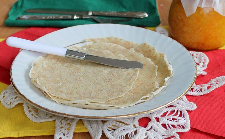 Le crepes integrali light sono leggere e versatili. Dolci o salate, si possono farcire a piacere con marmellate, salumi o formaggi.