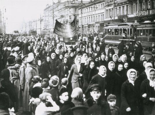 """""""Révolutionnaires communistes, nous savons que l'émancipation des femmes est liée à la cause du monde du travail dans son ensemble. Le prolétariat n'est pas une classe exploiteuse du travail d'autrui, ni une classe ayant besoin d'imposer une quelconque oppression. Briser les chaînes des exploités, c'est en même temps briser les chaînes de toutes les femmes en tant que femmes."""" Photo : manifestation de la """"journée des femmes"""", 8 mars 1917, point de départ de la révolution russe."""