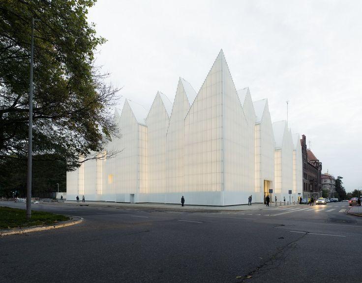 Το διαφανές γραμμωτό γυαλί του κτηρίου της Φιλαρμονικής στο Szczecin της Πολωνίας φτάνει ως ψηλά στις στεφανιαίες κορυφές της οροφής με την απότομη κλίση. Το κτήριο, σχεδιασμένο από το αρχιτεκτονικό γραφείο  Barozzi Veiga συμπεριλαμβάνει μια μεγάλη αίθουσα συμφωνικής μουσικής και έναν μικρότερο χώρο για παραστάσεις μουσικής δωματίου.