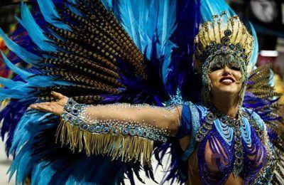 Ежегодный карнавал в Бразилии – это, наверное, самый захватывающий красочный и массовый праздник известный во всём мире. Практически каждый хочет туда попасть. Толпы людей в ярких костюмах, подготовленные танцевальные номера и красочные платформы – всё эт