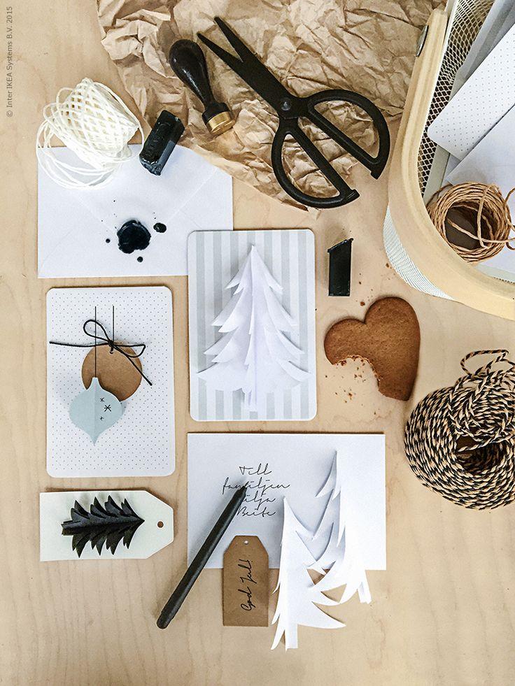 Med saxen FULLFÖLJA klipper vi ut pappersdekorationer av kopieringspapper och limmar fast på FULLFÖLJA kort och kuvert. Presentetiketterna VINTER 2015 gör sig fint på julkort också! Gelbläckpennan FULLFÖLJA är skön att skriva sina hälsningar med!