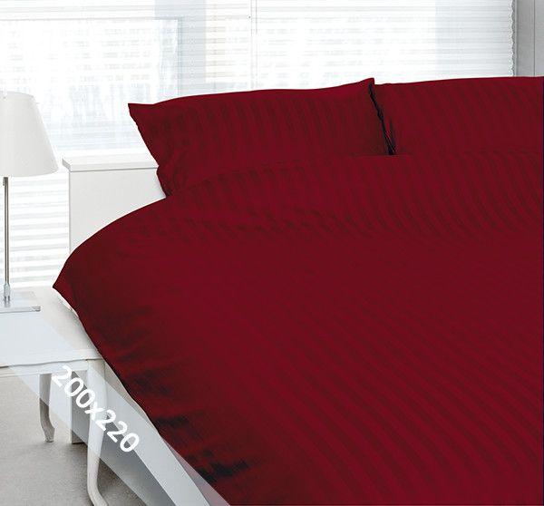 """Satin d'Or """"streep"""" tweepersoons (200x200/220 cm) dekbedovertrek rood. Wentel je in het stijlvolle en luxe van een hotelsuite met dit dekbedovertrek van katoen-satijn. Door verschillende weeftechnieken ontstaan de verschillende banen mat en glans."""