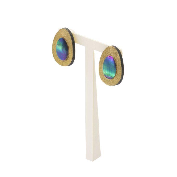 ファンタジー 蒔絵のアクセサリー イヤリング たまご2.6 金色粉 伝統工芸から生まれたファンタジーをまとうブランド「マドマドこれくしょん mado mado collection」より、インパクトたっぷりの、抜群な存在感 オーロラ色の螺鈿蒔絵が煌めくたまご型のアクセサリー Fantasy MAKIE accessories earrings Lucky Eggs golden color たまご型の牛革に蒔絵技法で金色粉を蒔き中央にはオーロラ色に輝く螺鈿、ラッキーモチーフのわくわくする夢のあるデザインは大人可愛いイヤリングです。 #蒔絵のアクセサリー #蒔絵ジュエリー #軽いアクセサリー #蒔絵のイヤリング #LuckyEggs #たまご型イヤリング #GoldenEggs #金たまご #Fantasy #madomadocollection #ファンタジーな世界観 #新感覚アクセサリー #マドマドこれくしょん #坂本これくしょん
