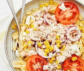 En busenkel och barnvänlig pastarätt som tillagas i ett nafs. Baconen steks och får sedan puttra i den krämig sås gjord på grädde och mjölk. Smula över den salta salladsosten, garnera med röda tomatskivor, rödlök, gyllengula majskorn och ät er mätta. Smaklig spis!