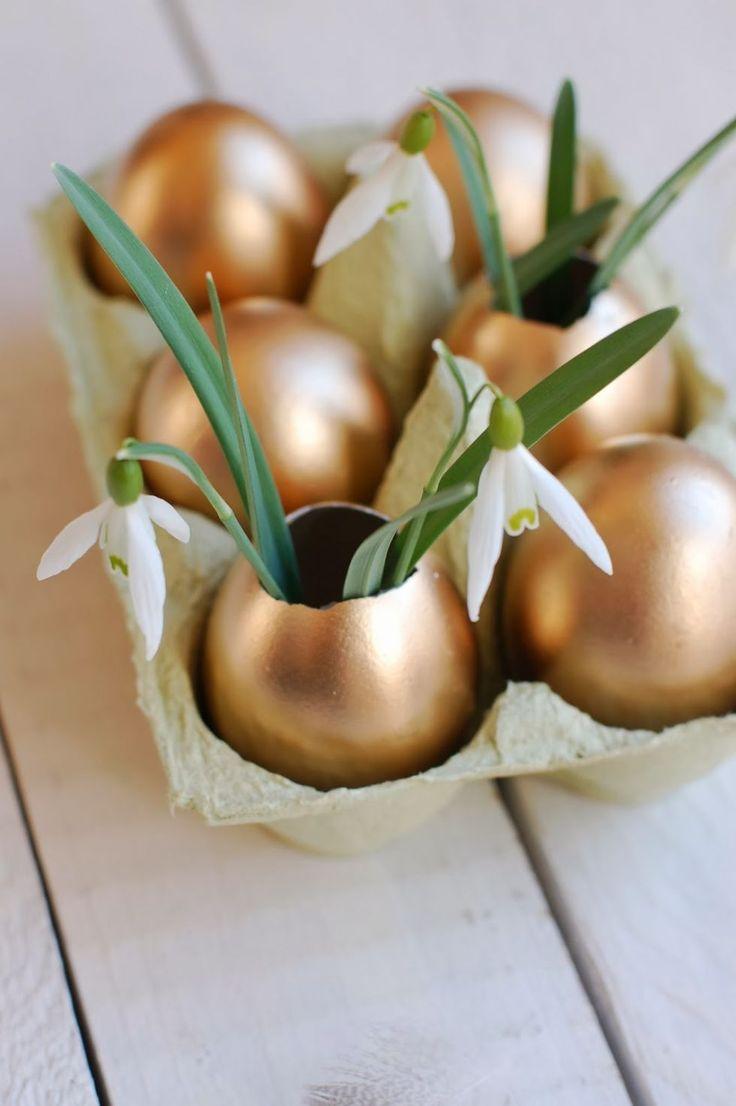 La tendance est au métallisé ! Voici une idée sympa pour réaliser un centre de table original : des oeufs peints en doré ! #deco #paques #oeuf