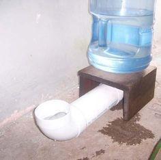 DISPENSADOR DE AGUA 1 tubo PVC 4 pulg 2 codos PVC 4 pulg Mesita de 30cm alto Botella agua 20L Teflón Consigue la botella de agua 20L, conecta los codos al tubo PVC que las bocas queden arriba Coloca teflón en los bordes atornillados del PVC evitando fuga de agua A la mesita de 30cm haz un agujero arriba y coloca la botella,haz un agujero en uno de los lados por donde saldrá el montaje del dispensador Coloca ¾ de agua en la botella, volteala sobre el agujero y listo